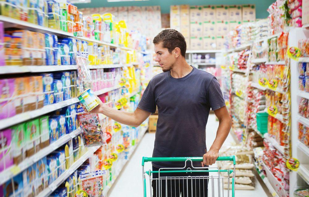 joven mirando fecha de consumo para evitar desperdicio de alimentos