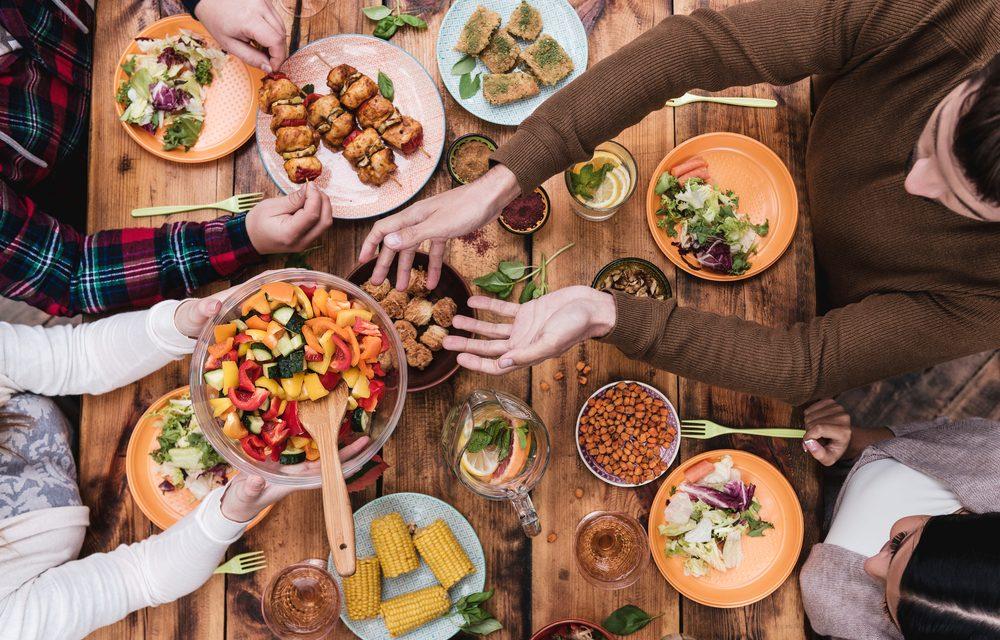 reunión compartiendo fuente para ahorrar desperdicio de alimentos