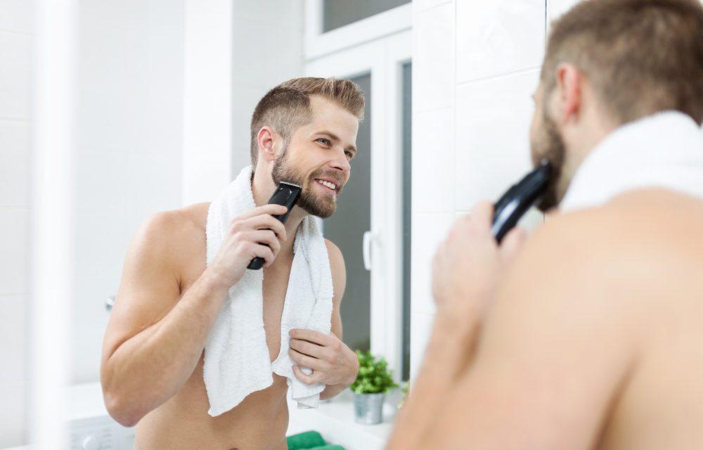 Hombre utilizando maquinilla eléctrica en su afeitado