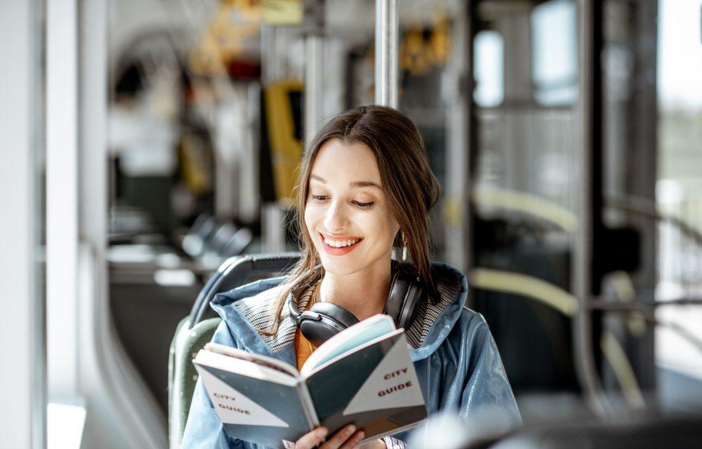 viajar solo y leer libro